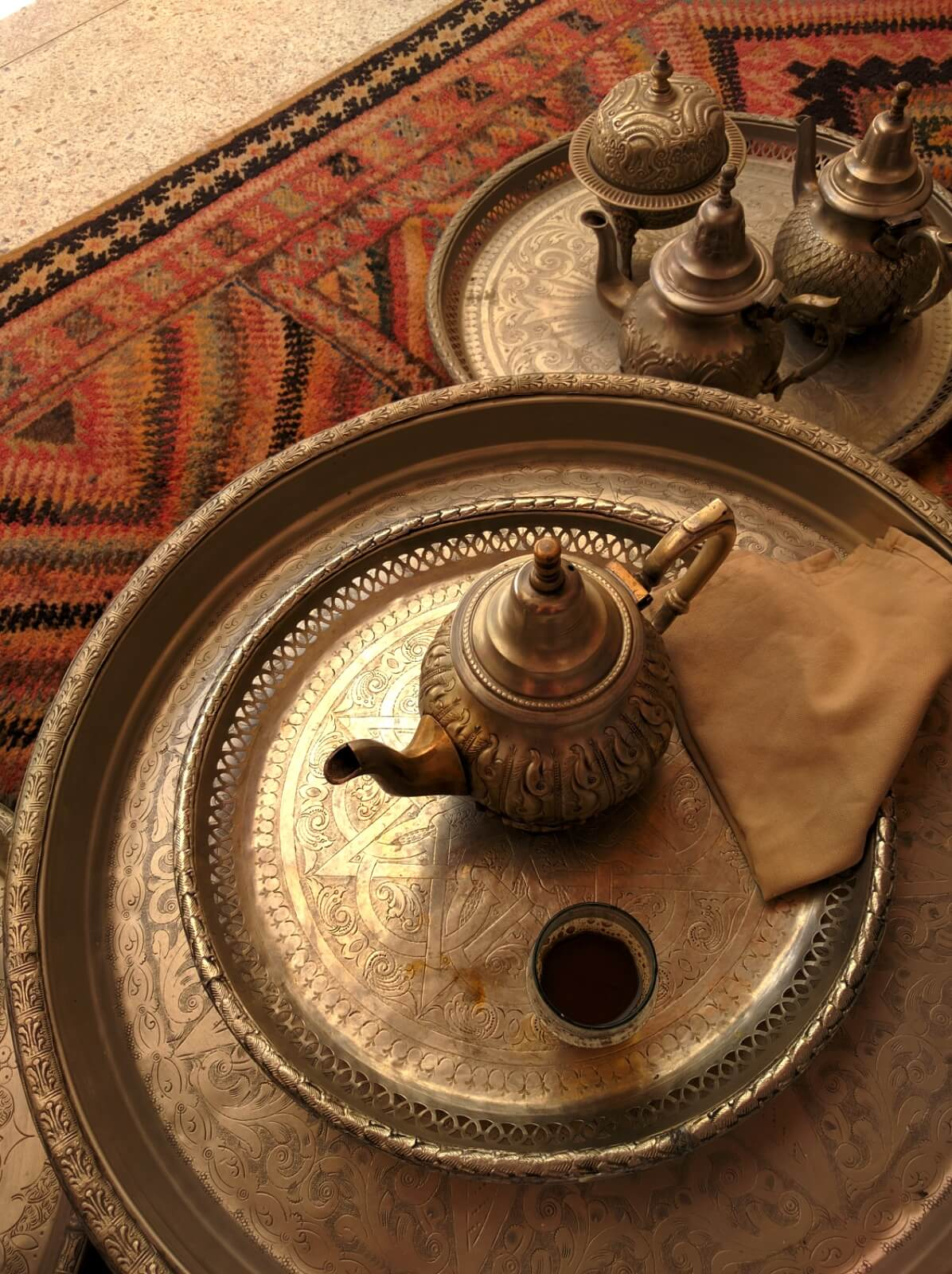 Tradicionalni marokanski posluzavnik i cajnik zacaj od nane