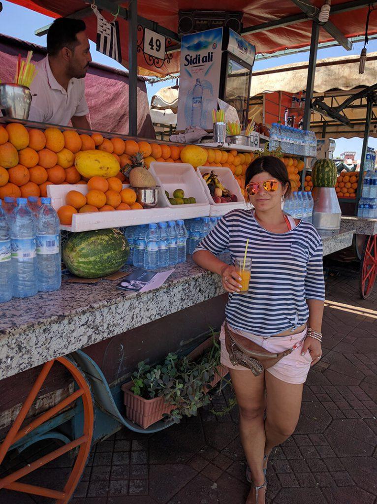 Slika sa osveženjem na trgu Džema el Fna