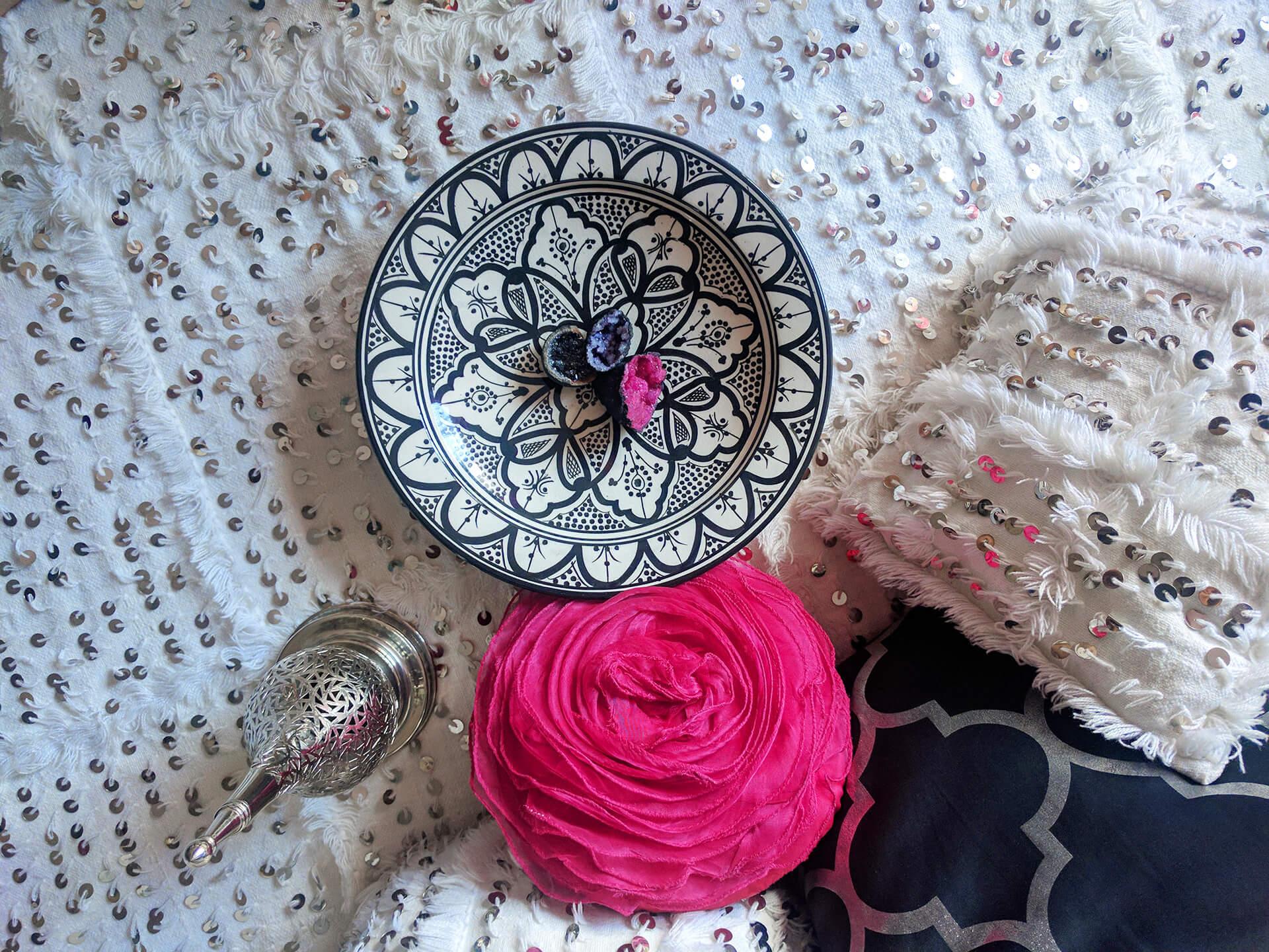 Keramički tanjir sa poludragim kamenjem na handiri