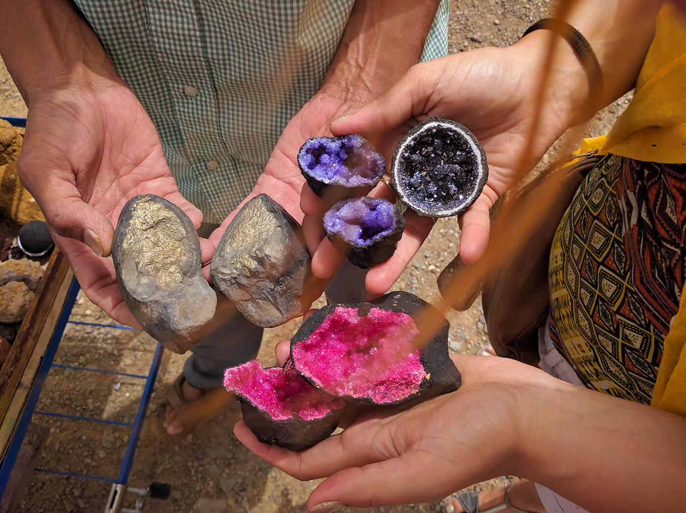 Poludrago kamenje u stenama maroka