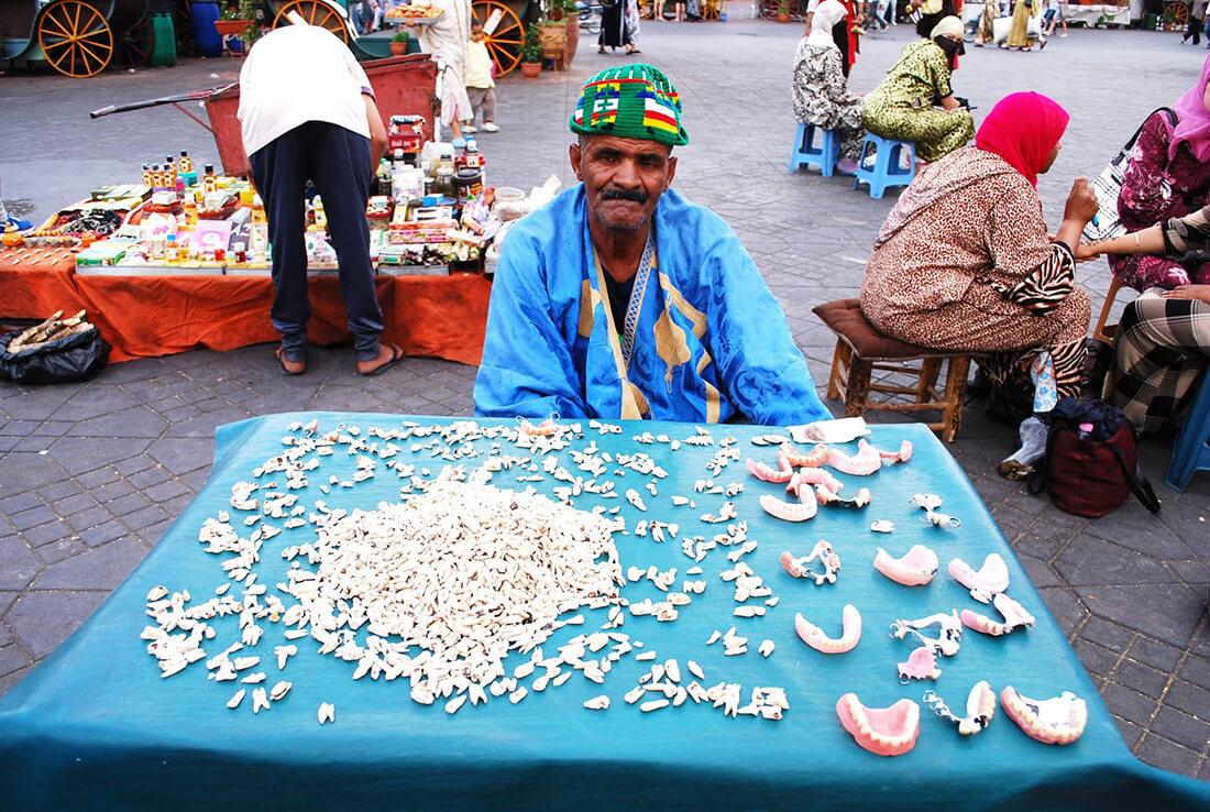 Slika narodnog zubara za tezgom na trgu Džema el Fna