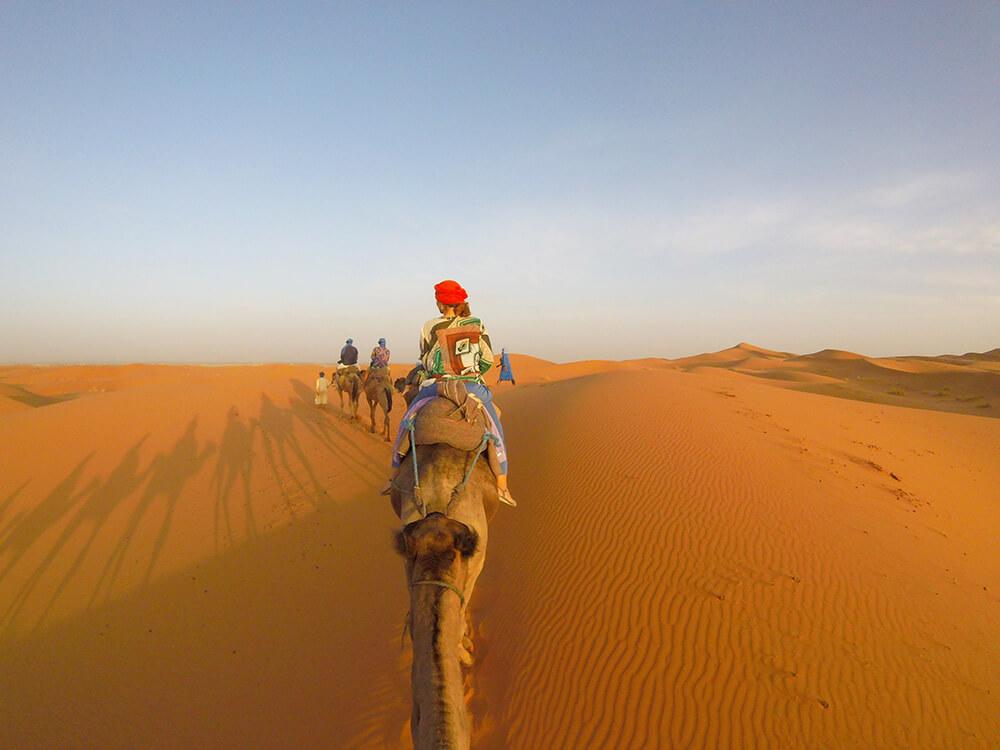 Slika karavana u pustinji