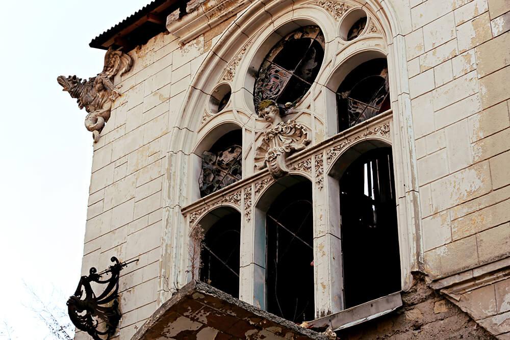 Slika fasade Špicerovog dvorca sa ornamentima