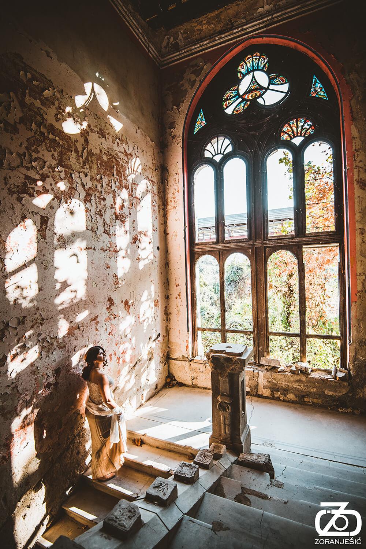 Slika stepeništa i vitraža u Špicerovom dvorcu u Beočinu