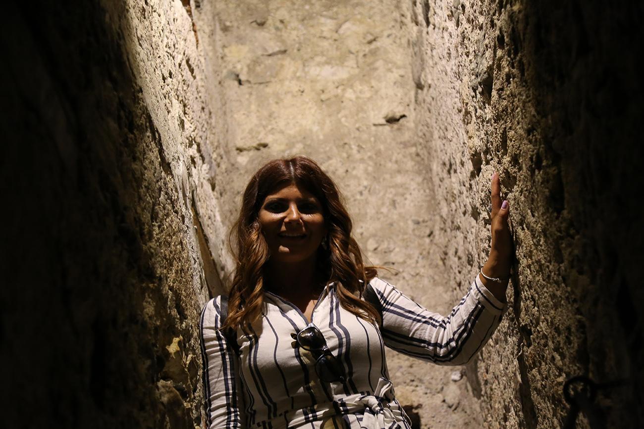 Slika uskog tajnog prolaza u zamku Bran u Rumuniji