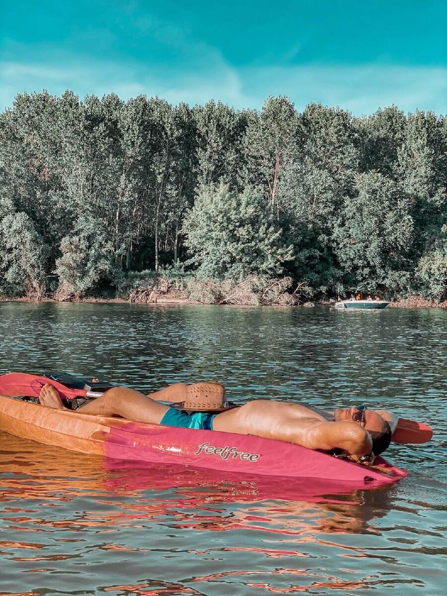 Slika veslača na kajaku dok leži i odmara