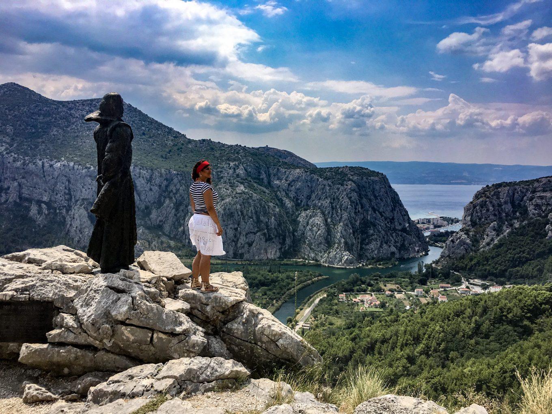 Slika statue Mile Gojsalić iznad Omiša