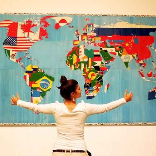 Slika tapiserije italijanskog umetnika na temu mape sveta. Muzeju moderne