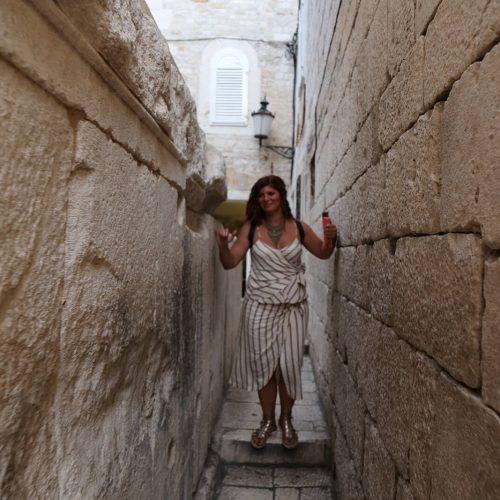 Fotografija uskog prolaza u Starom gradu u Splitu