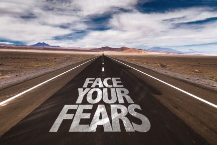 Slika puta na kome je ispisana poruka Face your fear